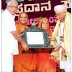 'ಧರ್ಮಶ್ರೀ' ಪ್ರಶಸ್ತಿಯನ್ನು ಮುಖ್ಯಮಂತ್ರಿ ಬಿ ಎಸ್ ಯಡ್ಡಿಯೂರಪ್ಪ ಅಶೋಕ್ ಸಿಂಘಾಲ್ ಅವರಿಗೆ ಪ್ರದಾನ ಮಾಡಿದರು